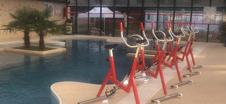 Séance d'aquabike dans la piscine couverte du camping