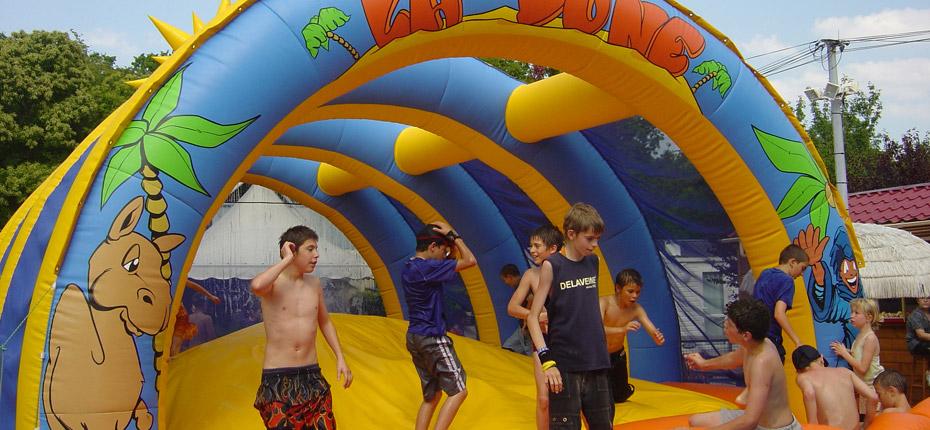 Jouez dans le château gonflable au camping Canada