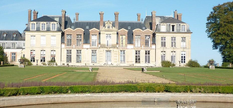 Le château de Thoiry est à environ 20 minutes du camping Canada